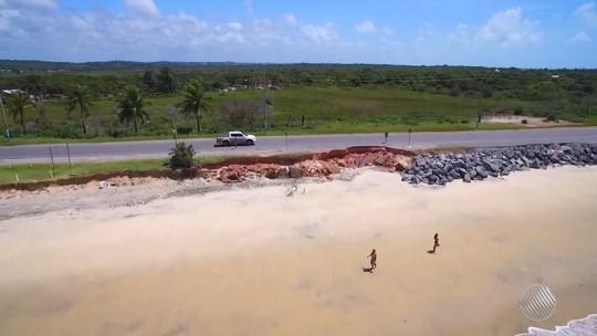 Avanço do mar causa erosão de parte da BR-367 e preocupa motoristas e pedestres