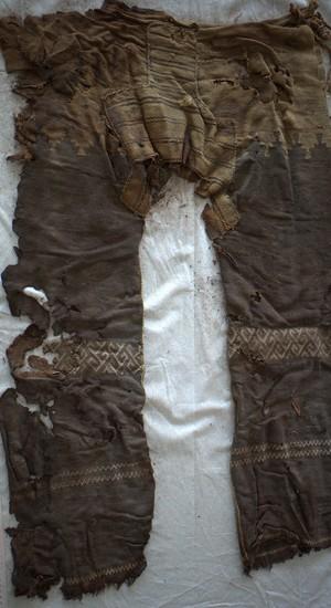 Pernas retas e padrões geométricos - as calças mais antigas já encontradas têm cerca de 3,3 mil anos  (Foto: German Archaeological Institute)