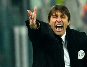 Antonio Conte técnico do Juventus reclamando do árbitro (Foto: AFP)