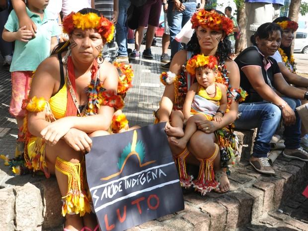 Índias da etnia Pareci protestam contra a precariedade da saúde indígena (Foto: Desirêe Galvão/ G1)