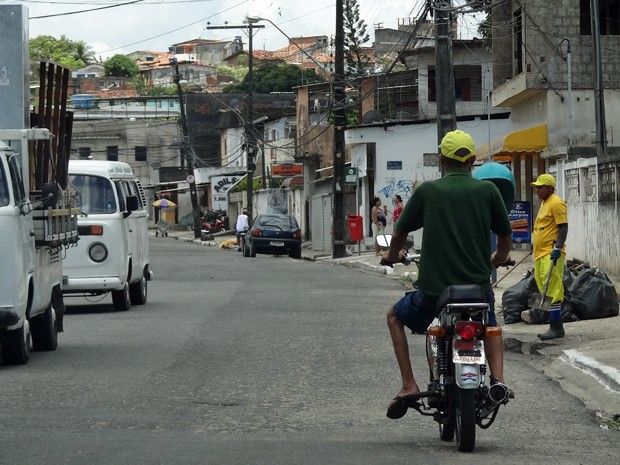 Regras para dirigir cinquentinhas são as mesmas que para as motos, mas maioria não usa se quer capacete. (Foto: Katherine Coutinho/G1)