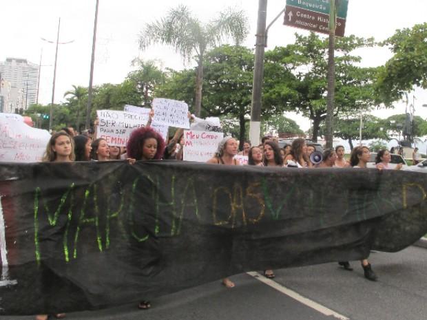 Protesto invadiu orla da praia de Santos, SP (Foto: Andressa Amorim/ G1)