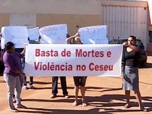 Mães com cartazes na porta do Ceseu (Foto: Reprodução/TV Integração)