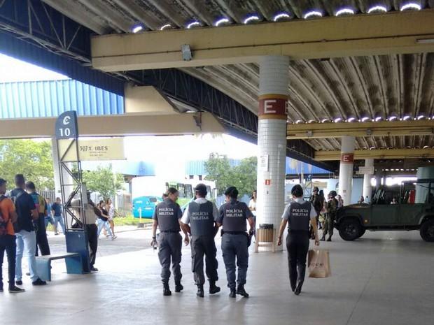 PMs no Terminal de Laranjeiras na Serra, nesta segunda-feira (13) (Foto: Divulgação/ Sesp-ES)