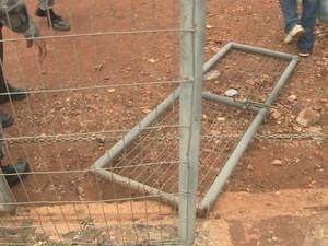 Parte do portão no chão, após mulheres derrubarem a proteção (Foto: Reprodução/TV Mirante)