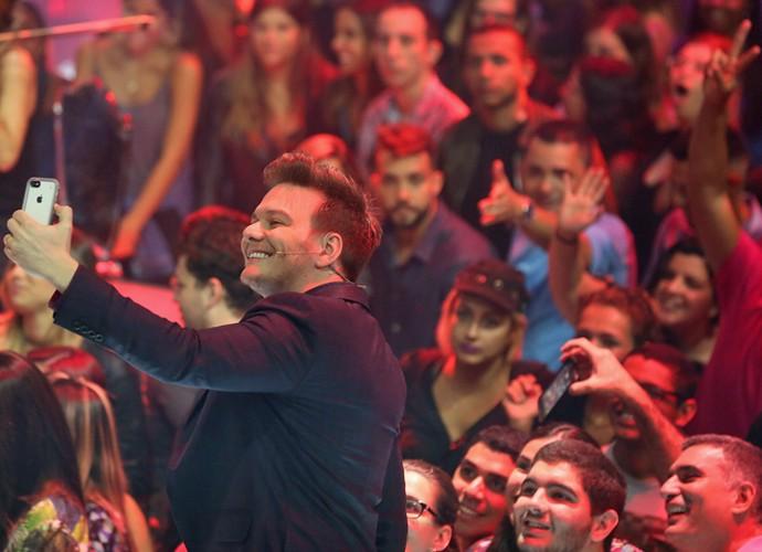 Nos bastidores do The Voice Brasil, Michel é atencioso e tira fotos e selfies com os fãs (Foto: Isabella Pinheiro/Gshow)