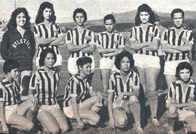 Pioneiras do futebol feminino de Araguari-MG, Araguari Atlético Clube, com a camisa do Atlético-MG em jogo no Independência, em BH, 1959 (Foto: Revista Manchete Esportiva/Reprodução)