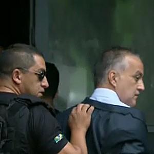 O bicheiro Carlinhos Cachoeira ao chegar para depor à CPI (Foto: Reprodução / TV Globo)