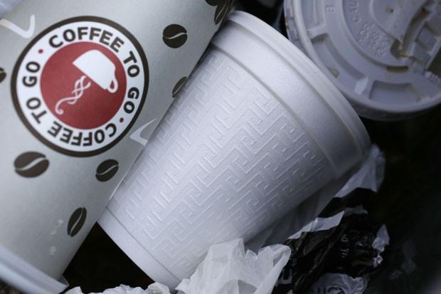 Imagem de arquivo mostra copo de isopor descartado em lixo de Nova York (Foto: Mark Lennihan/AP)