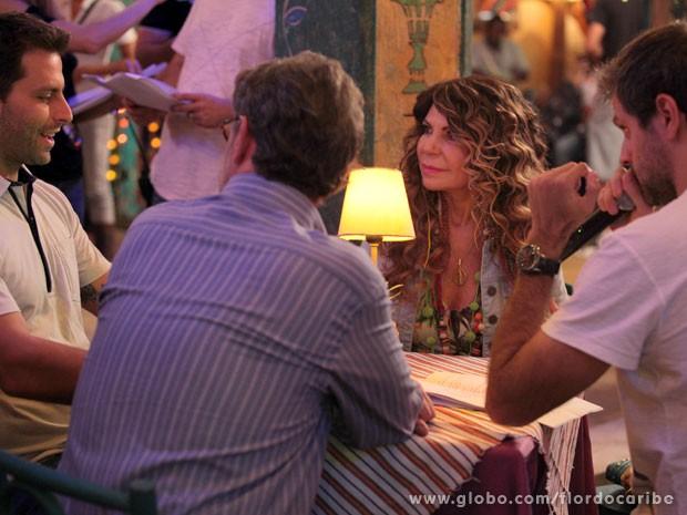 Elba passa sua cena com o diretor Leo Nogueira e os atores Henri Castteli e Jean Pierre Noher (Foto: Flor do Caribe / TV Globo)