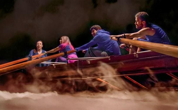 Cena da peça, com a família presa na embarcação (Foto: divulgação)