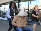Mickey Rourke é visto sendo empurrado em uma cadeira de rodas