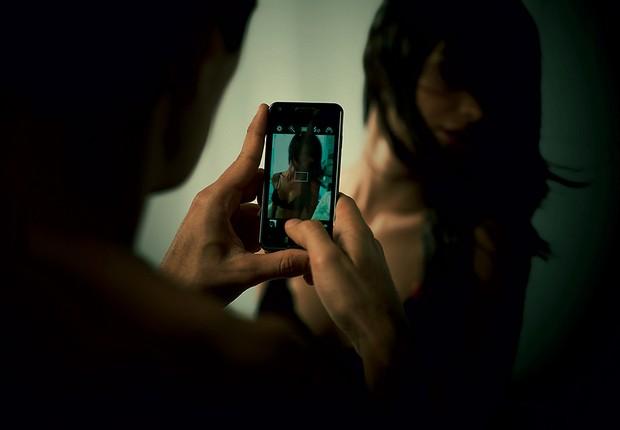 PERIGO Flagrante capturado pelo celular. Uma pesquisa sugere que quase 40% já enviaram ou receberam conteúdo explícito envolvendo a si próprio ou conhecidos (Foto: Marcos Lopes/ÉPOCA,produção Cuca Ellias)