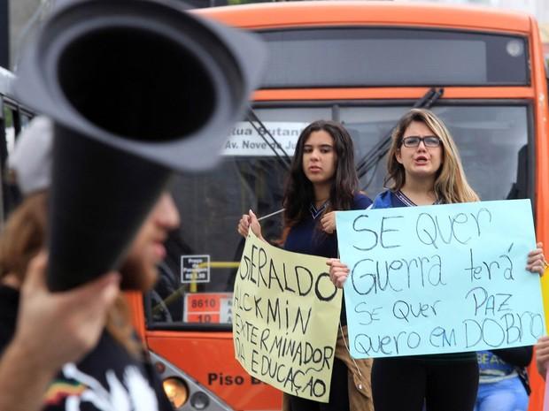 Grupo de estudantes mostra cartazes de protesto enquanto bloqueiam o cruzamento da avenida Faria Lima com a avenida Rebouças, em ato contra a reestruturação das escolas e contra o governador Geraldo Ackmin (Foto: Werther Santana/Estadão Conteúdo)
