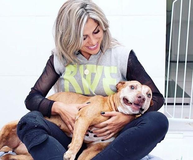 Vanessa Mesquinta com um cão da raça pit bull (Foto: Reprodução/Instagram)