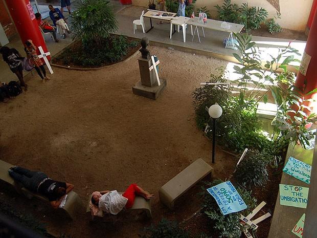 Manifestantes deitados nos bancos do prédio da reitoria da Ufes  (Foto: Eduardo Dias/ Divulgação)