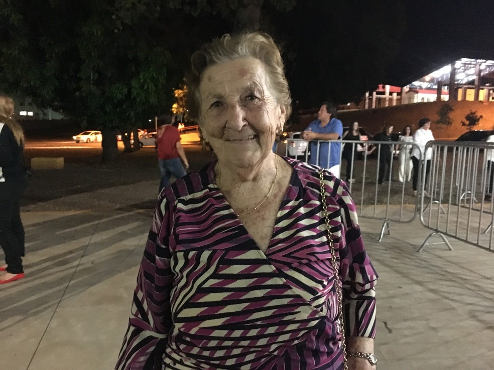 Elza Pereli, de 80 anos, disse que o coração 'estava a mil' por causa do show (Foto: Heloise Hamada/G1)