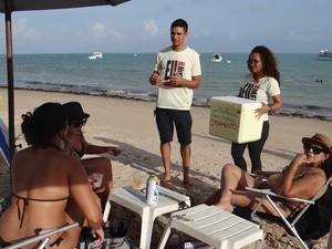 Pessoas admiram atitude dos jovens e compram água para contribuir com a união do casal (Foto: Larissa Vasconcelos/G1)