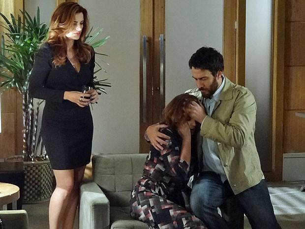 Solange finge passar mal diante da bronca de Rodrigo (Foto: Amor Eterno Amor/TV Globo)