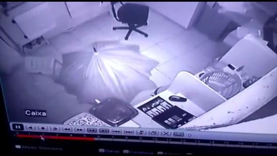 Ladrão usa guarda-chuva para não ser visto durante furto no Paraná; vídeo