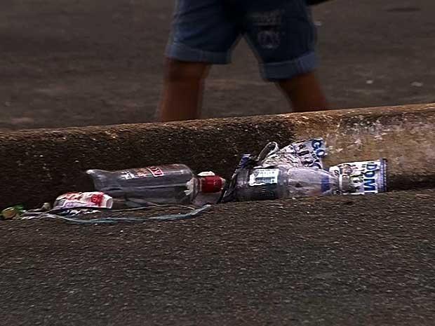 Garrafas de bebida deixadas em sarjeta de avenida de Sumaré (SP) após baile funk (Foto: Reprodução EPTV)