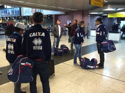 Jogadores do Paraná embarcam para Belo Horizonte  (Foto: Ana Helena Goebel)