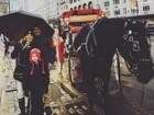 Danielle Winits tem dia de turista com André Gonçalves em Nova York