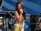 Mesmo de saia longa, Selena Gomez mostra demais em show