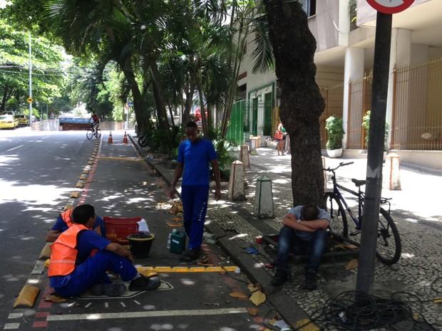 """Moradora de Copacabana flagrou instalação de """"tartarugas"""" em ciclovia do bairro, na Zona Sul do Rio (Foto: Alice Ruberti Schmal/VC no G1)"""