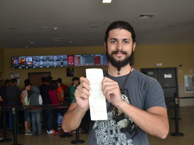 Henrique Ferreira conseguiu comprar ingresso para a primeira sessão do filme Star Wars em Mogi das Cruzes (Foto: Maiara Barbosa/ G1)