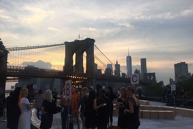 Sunset over Brooklyn Bridge at Thakoon's New York Fashion Week show for Autumn/Winter 2016 (Foto: Natasha Cowan)