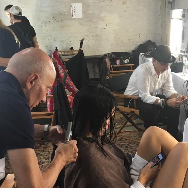 Garren cortando o cabelo de Kendall Jenner (Foto: reprodução/instagram)