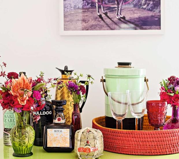 Traga a as flores também para o barzinho da festa espalhando ramos e vasos entre as bebidas. O cantinho vai ficar canto mais alegre e atrativo para seus convidados.  (Foto: Elisa Correa/Editora Globo)