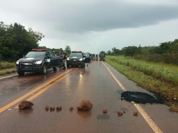 Índios liberaram rodovia após cinco dias de protesto (Foto: Assessoria/ PRF-MT)