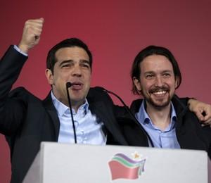 O novo premiê grego, Alexis Tsipras, abraça Pablo Iglesias, o jovem líder do partido radical de esquerda da Espanha, Podemos. Temor é que haja um efeito dominó de esquerda na Europa (Foto: Associated Press/AP)