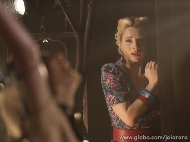 Perdeu o posto! Lola chora ao ver estreia de Aurora no cabaré (Foto: Fábio Rocha / Tv Globo)