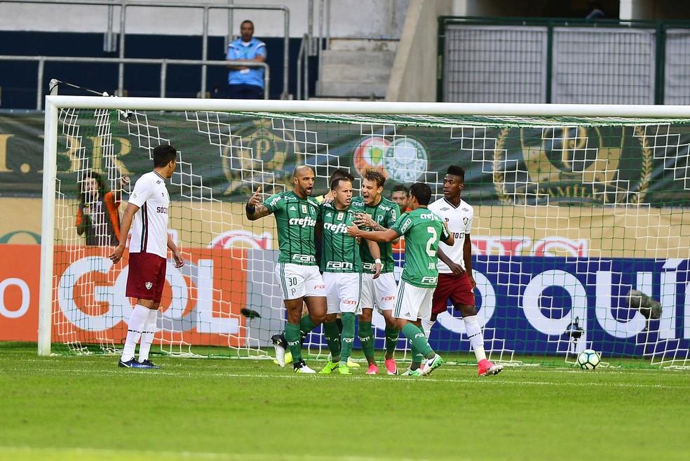 Jogadores comemoram com Guerra o primeiro gol alviverde (Foto: Marcos Ribolli)