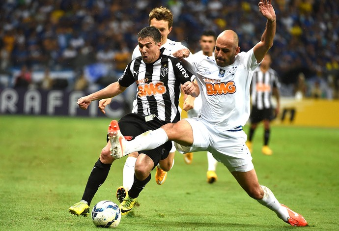 Bruno Rodrigo e Leandro Donizete, Cruzeiro X Atlético-mg (Foto: Agência AP )