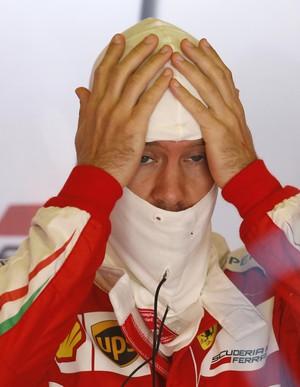 Sebastian Vettel nos boxes da Ferrari em Barcelona (Foto: AP)