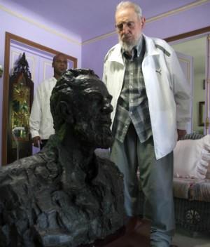 Fidel Castro observa busto dado de presente pelo presidente da China (Foto: Alex Castro/AP Photo)