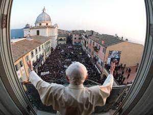 Bento XVI saúda fiéis que foram dar o último adeus antes de ele deixar de ser Papa em Castel Gandolfo, em imagem exclusiva disponibilizada pelo Osservatore Romano (Foto: Reuters/Osservatore Romano)
