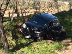 Motorista não percebeu engavetamento e atingiu todos os veículos (Foto: Chico Francelin/Reprodução EPTV)