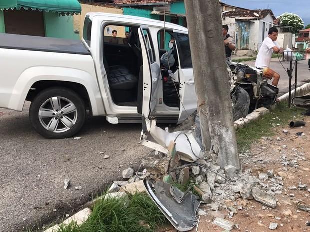 Motorista conta que perdeu controle da caminhoneta e bateu contra poste em João Pessoa (Foto: Walter Paparazzo/G1)