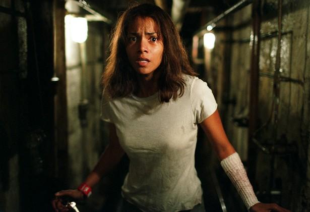 Halle Berry se machucou gravemente durante uma cena do thriller 'Na Companhia do Medo' (2003) em que o personagem de Robery Downey Jr. tentava amarrá-la a um leito hospitalar. A atriz quebrou o cúbito, o maior osso do antebraço humano. Os dois artistas conseguiram até ouvir o osso se romper. Ela voltou a gravar depois de três semanas, ainda em recuperação. (Foto: Reprodução)
