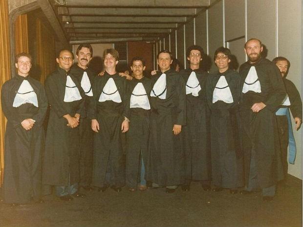 Calixto (ao meio) e a tão procurada turma de 1981 (Foto: Arquivo Pessoal/ Calixto Silva Neto)