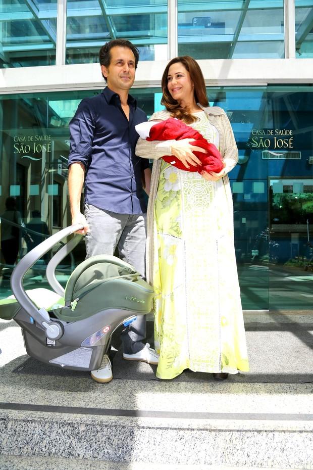 Guilhermina Guinle saindo da maternidade (Foto: Marcello Sá Barreto / AgNews)