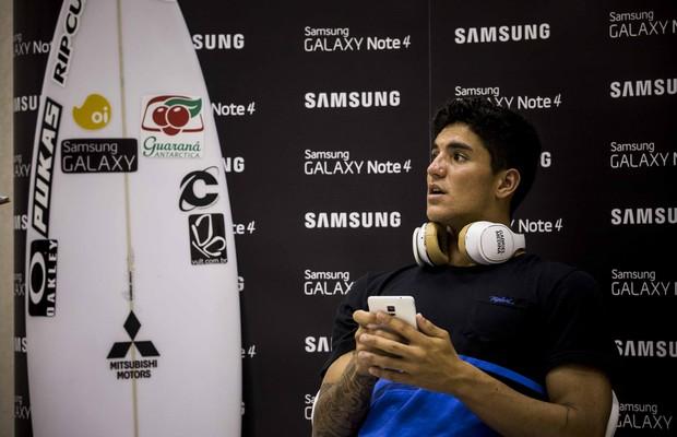 Gabriel Medina durante gravação de comercial de produto de um dos patrocinadores (Foto: Divulgação Samsung)