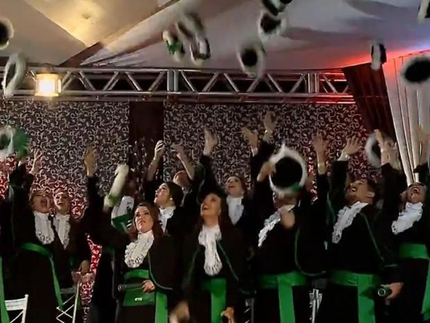 Celebração ao final da cerimônia de formatura dos agora veterinários (Foto: RBS TV/Reprodução)