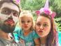 Fantasiado, Rafael Cardoso curte Carnaval com a filha e a mulher