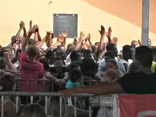 Imigrantes se reuniram para esperar a presidente Dilma na Cidade do Povo  (Foto: Veriana Ribeiro/G1)